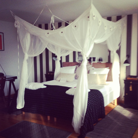 Bloggers Inn på Scandic Rubinen har en rejäl säng med sänghimmel