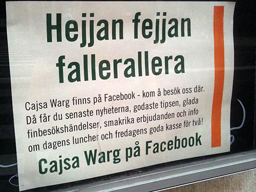 Ekobutikerna Cajsa Warg skyltar utanför butiken om sin Facebooknärvaro