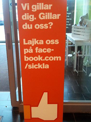 Sickla Köpkvarter skyltar om sin Facebooknärvaro vid in- och utgångarna.